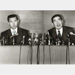 江川(左)と会見を行った小津正次郎・阪神球団社長(C)日刊ゲンダイ