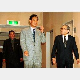田淵幸一(左)の打撃コーチ就任発表後、電鉄本社で談笑する星野監督(央)と久万オーナー(C)日刊ゲンダイ