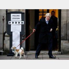 投票を終え、投票所から出るジョンソン首相(C)ロイター