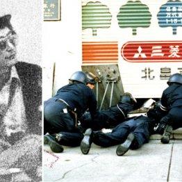 支店長席で帽子をかぶり猟銃を手にする梅川昭美容疑者(左)。出入り口シャッターのわずかなすき間から内部をのぞく機動隊員
