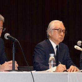 (左から)、横山邦男日本郵便社長、長門正貢日本郵政社長、植平光彦かんぽ生命保険社長