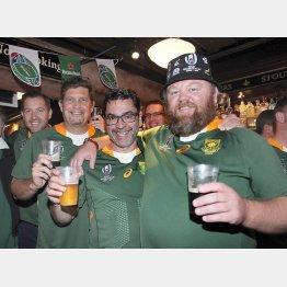 ラグビーW杯ではビール販売が10倍の店も(準決勝前にビールを楽しむ南アフリカのファンの人たち)/(C)共同通信社