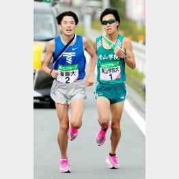 全日本大学駅伝の7区で東海大・松尾(左)と競り合う青学大・吉田圭(代表撮影)