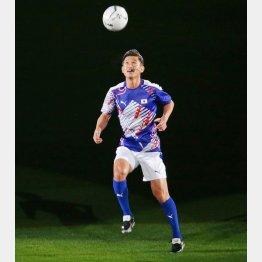 国立競技場オープニングイベントで新しいピッチに立った三浦知良(C)日刊ゲンダイ