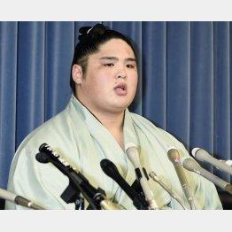 記者会見で謝罪の言葉を述べる貴ノ富士関(C)共同通信社