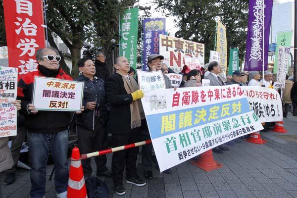 官邸前では抗議が…(C)日刊ゲンダイ