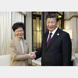 習近平主席(右)は中国香港の林鄭月娥行政長官を遠隔操作(C)新華社=共同通信社