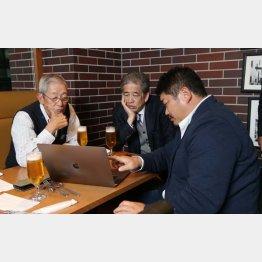 長谷川氏(右)が作成したスクラムのデータを見ながら話をする権藤氏(左)と二宮氏(C)日刊ゲンダイ