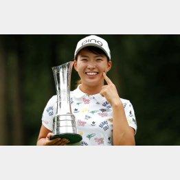 全英女子オープンで優勝しカップを手に笑顔の渋野日向子(C)ロイター/Action Images