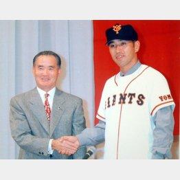 1996年11月、巨人の入団会見で長嶋監督(左)と握手を交わす清原(C)日刊ゲンダイ