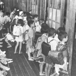 教室が足りない学校では午前と午後の2部授業を実施、廊下で教室が空くのを待つのが日常風景。宮城県仙台市立八幡小学校で(1953年5月4日)/