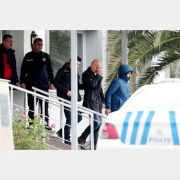 ゴーン被告の逃亡を手助けした男たちを連行するトルコ警察当局(C)ロイター/Demiroren News Agency (DHA)