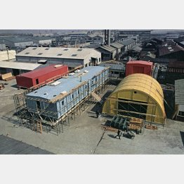 南極昭和基地はプレハブ建築の元祖といわれる(同基地に新しく建つ建物の仮組立の4棟、1966年、東京・深川で)/(C)共同通信社