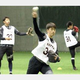 しなやかなフォームの堀田(後方は太田と井上=右)/(C)日刊ゲンダイ