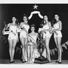 ミス・ユニバースに日本人として初入賞、3位になった伊東絹子さん(右から2人目=1953年7月、ロサンゼルス)/(C)共同通信社