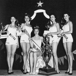 ミス・ユニバースに日本人として初入賞、3位になった伊東絹子さん(右から2人目=1953年7月、ロサンゼルス)
