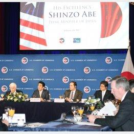 米国商業会議所主催の朝食会であいさつする安倍首相(左から2人目)(C)共同通信社