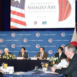 米国商業会議所主催の朝食会であいさつする安倍首相(左から2人目)