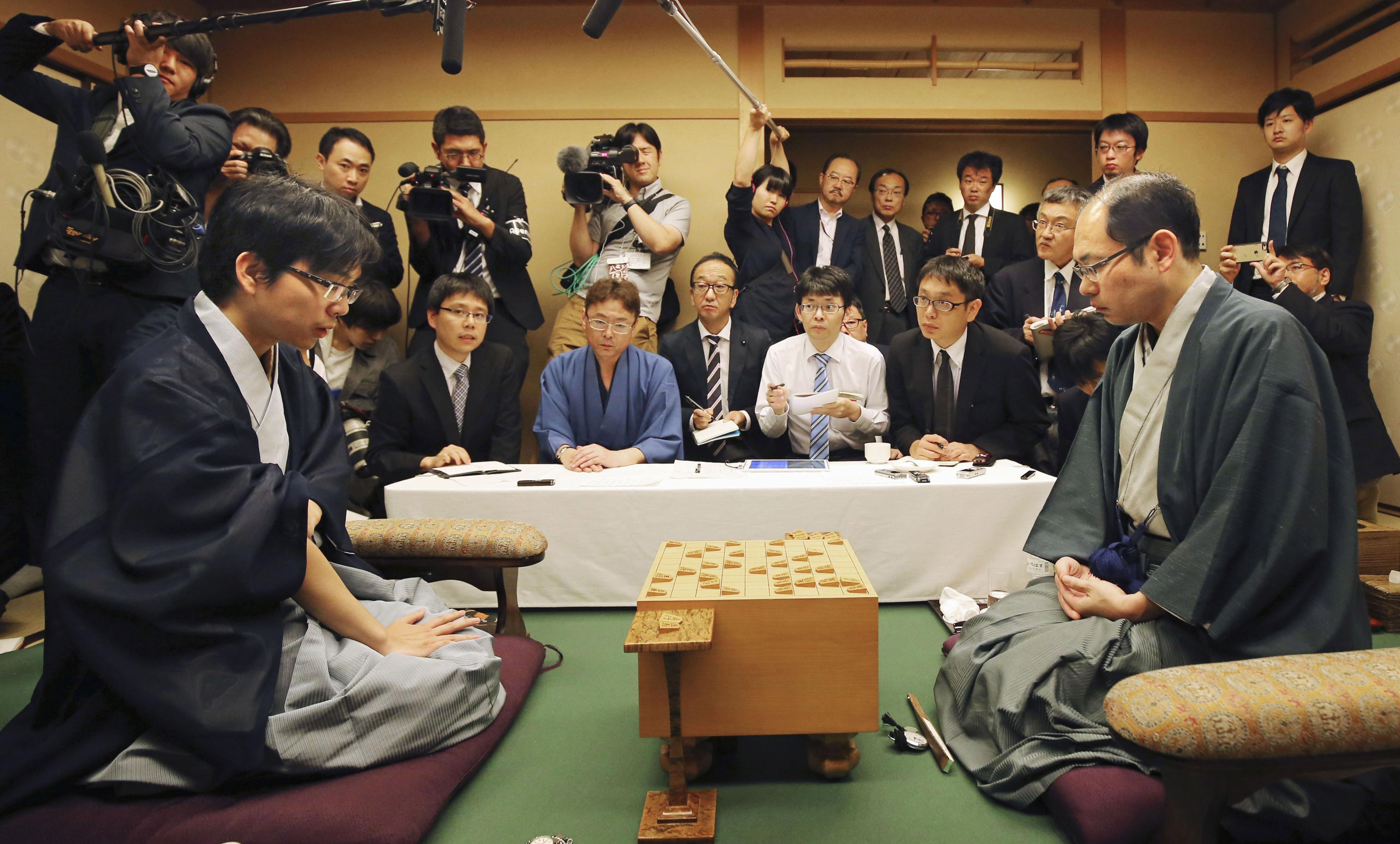 王位戦7番勝負の第7局で豊島王位を破り、最年長で初タイトルを獲得した木村九段(右)(C)日刊ゲンダイ
