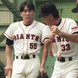 1994年、長嶋監督(右)に打撃指導を受ける高卒2年目の松井(C)共同通信社