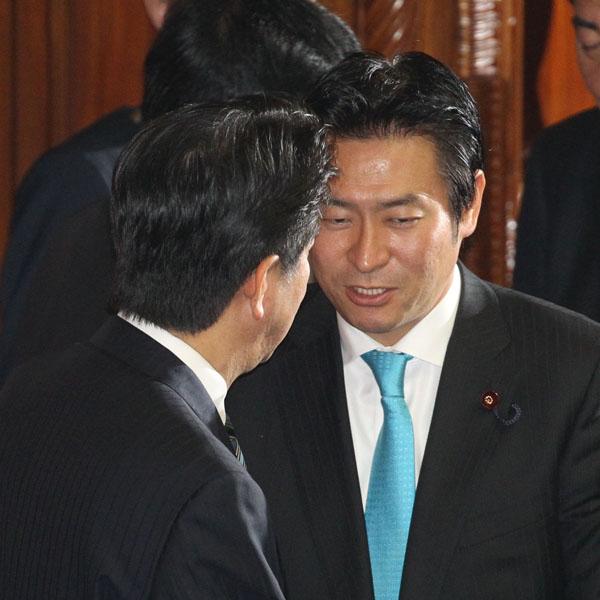 本会議場で安倍首相と握手する秋元容疑者(C)日刊ゲンダイ