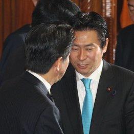 本会議場で安倍首相と握手する秋元容疑者