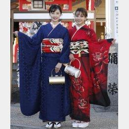 新成人の安田愛里(右)と加藤小夏。サンミュージック晴れ着撮影会で(C)日刊ゲンダイ