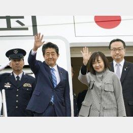 中東歴訪に出発する安倍首相と昭恵夫人(C)共同通信社