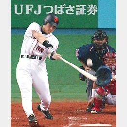 50本塁打をマークした02年、先制の41号を放つ松井(C)日刊ゲンダイ