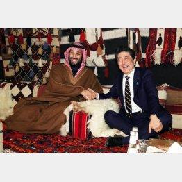 ご機嫌なワケは…(サウジアラビア・ムハンマド皇太子(左)の歓迎を受け握手する安倍首相)/(代表撮影・共同)