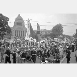 1960年5月1日、国会議事堂前のデモ(C)ジャパンタイムズ/共同通信イメージズ