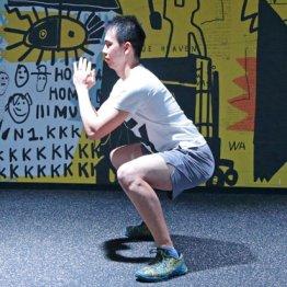 正しいスクワットは膝から曲げるのではなくお尻から落とす