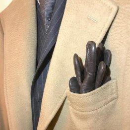 ポケットに手は卒業! 冬のスーツ姿に手袋がマストな理由