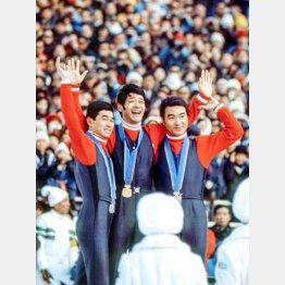 72年札幌五輪70メートル級ジャンプで表彰台を独占した日の丸飛行隊。金メダルの笠谷幸生(中央)、銀の金野昭次(左)、銅の青地清二(C)共同通信社
