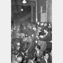 衆院本会議場前の廊下に座り込んだ社会党議員を排除する警官隊(1960年5月19日)/(C)共同通信社