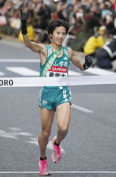 今年の箱根駅伝で優勝した青学の湯原選手も履いていた(C)日刊ゲンダイ