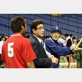 2007年の球宴でセの指揮を執った落合監督(右)と栗原(左、中央は山本浩二氏)/(C)日刊ゲンダイ