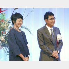 河井前法相(右)と案里夫妻(C)共同通信社