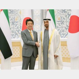 UAEのムハンマド皇太子(右)と握手(C)ロイター