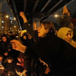 ウクライナ機墜落の犠牲者の追悼が政府への抗議に変わり、スローガンを叫ぶ人たち=11日、テヘラン