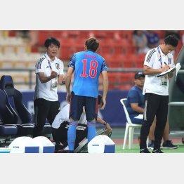選手との距離感は間違いなく横内コーチの方が近い(C)Norio ROKUKAWA/office La Strada