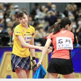 念願の初優勝を飾った早田ひな(左)と石川佳純(C)共同通信社