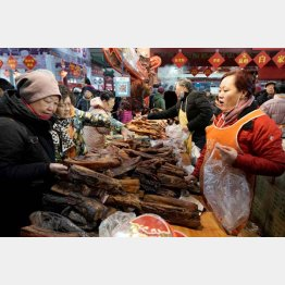 春節を前に買い物客でにぎわう北京の市場(C)ロイター