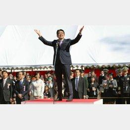 疑惑の数はあまりにも多い(「桜を見る会」であいさつをする安倍首相)/(C)共同通信社