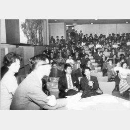 「若い日本の会」が安保問題で集会を開き、江藤淳(左2)が進行役を務めた。客席には石原慎太郎(中央)や羽仁進(右)も参加(1960年5月30日、東京・草月会館)/(C)共同通信社