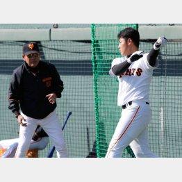 16年の春季キャンプで打撃練習を行う岡本と筆者(C)日刊ゲンダイ
