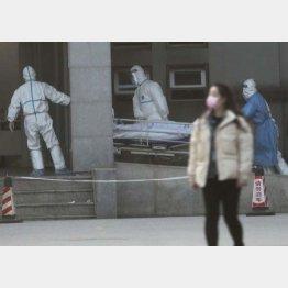 中国・武漢の病院に搬送される新型肺炎の患者(C)ロイター