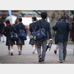 生徒たちは自主的に学ぶ必要に迫られる(C)日刊ゲンダイ