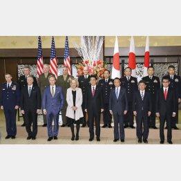 日米安全保障条約署名60年を記念した式典を前に記念撮影する故アイゼンハワー元米大統領の孫メアリーさん(前列中央左)と安倍首相(同右)ら/(代表撮影)