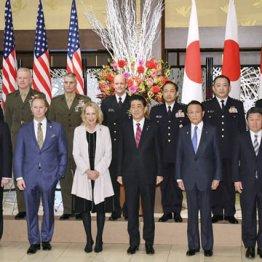 日米安全保障条約署名60年を記念した式典を前に記念撮影する故アイゼンハワー元米大統領の孫メアリーさん(前列中央左)と安倍首相(同右)ら